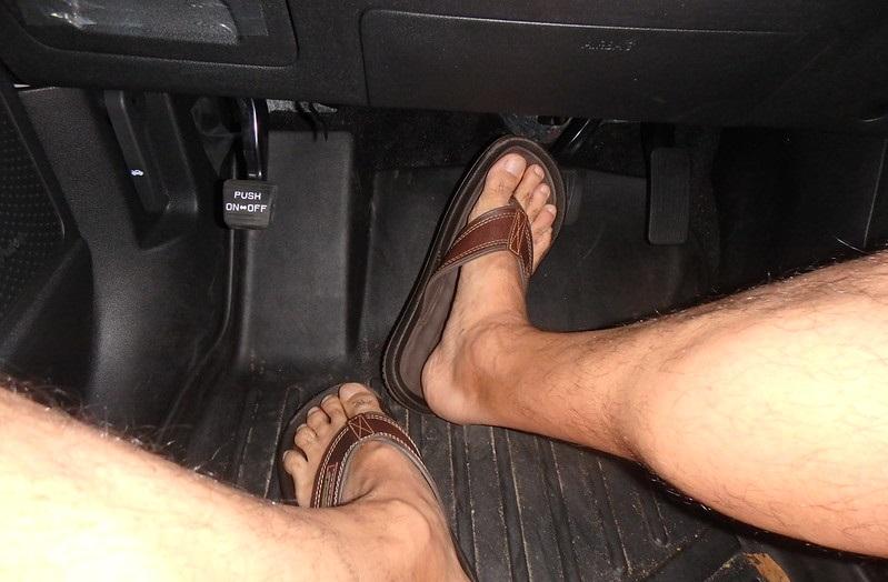 darf-man-barfuss-autofahren